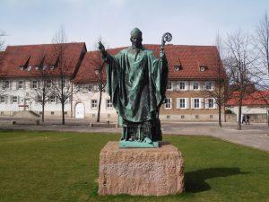 Bronzestatue des Bischofs Bernward von Hildesheim auf dem Domhof in Hildesheim.
